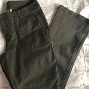 Athleta women's boot cut green cargo pants.